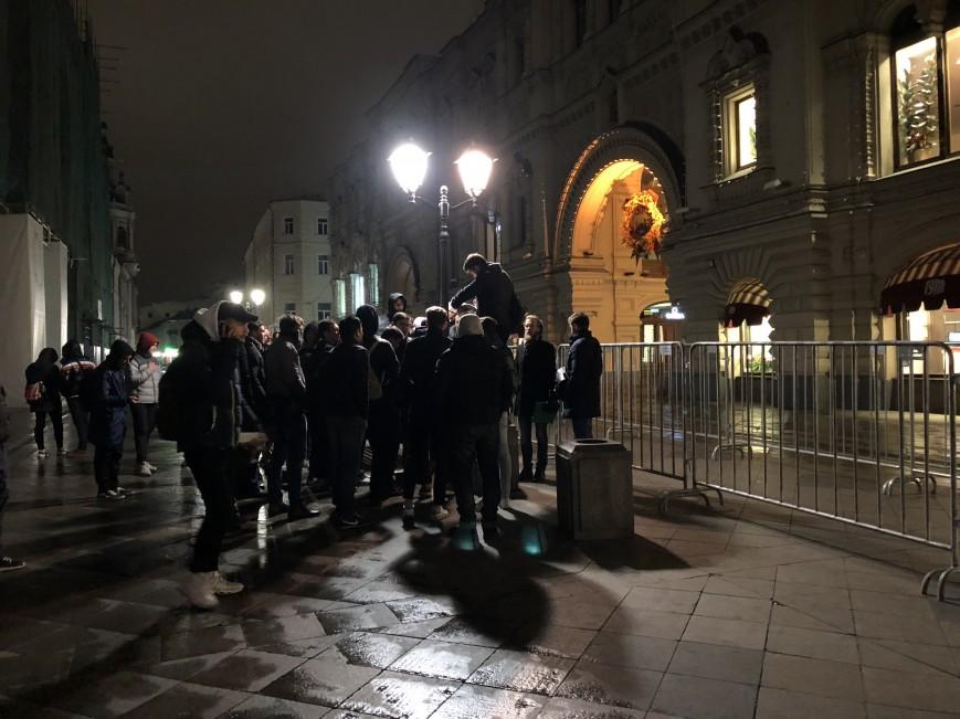 В центре Москвы на улице ночуют 70 человек, чтобы утром купить iPhone 8 (или продать место в очереди)