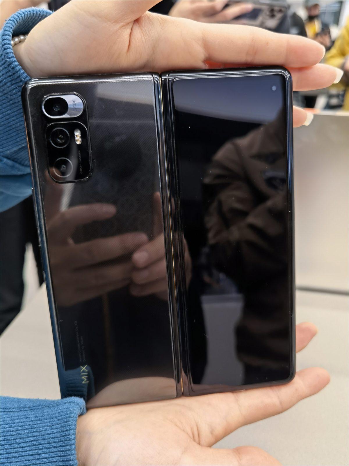 """Опубликованы """"живые"""" фото первого гибкого смартфона Xiaomi"""