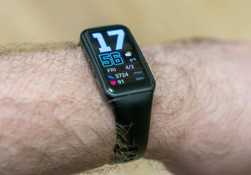 Протестировали фитнес-браслет с огромным дисплеем. Ну и зачем вы переплачиваете за умные часы?
