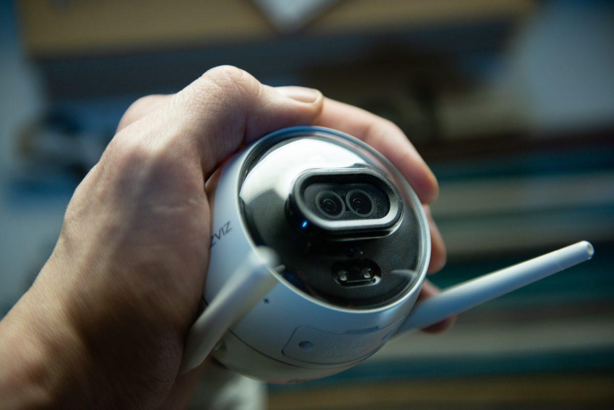 Эта уличная камера умеет отпугивать воров, как в шпионских фильмах