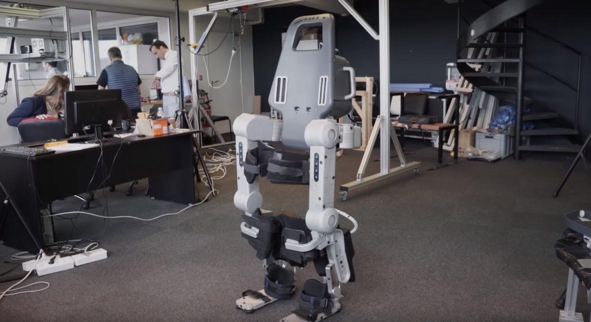Инженер создал экзоскелет с голосовым управлением, чтобы научить сына ходить