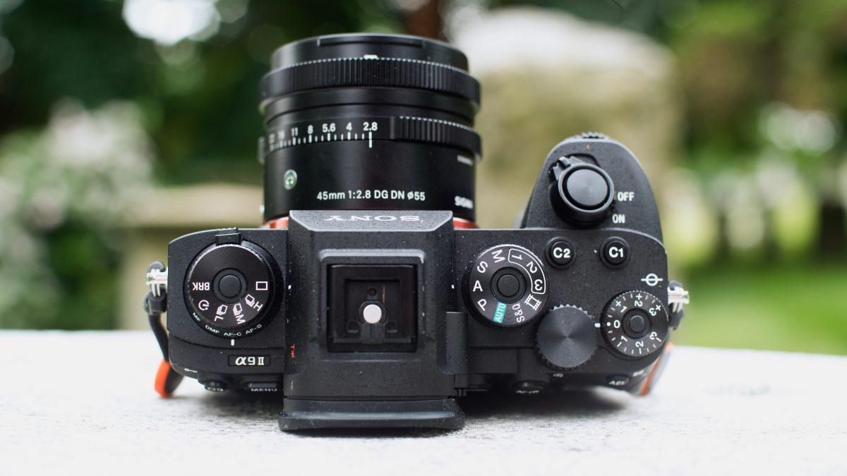 """Сверхбыстрые флагманские камеры Sony и Canon для """"папарацци"""" сравнили"""