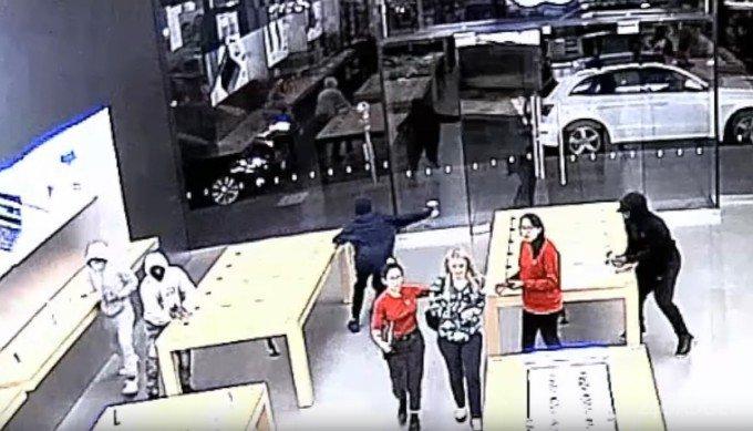 Магазин Apple ограбили. Дважды. За 12 секунд (видео)