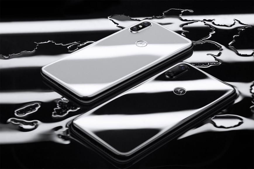 Motorola представила недорогой клон iPhone X