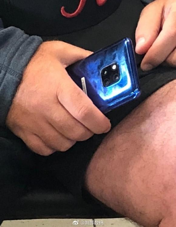 Жуткая волосатая нога на фото! И настоящий синий Huawei Mate 20 Pro при ней