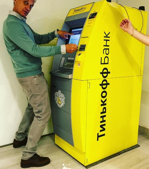 В России запускают снятие денег в банкоматах с помощью смартфона