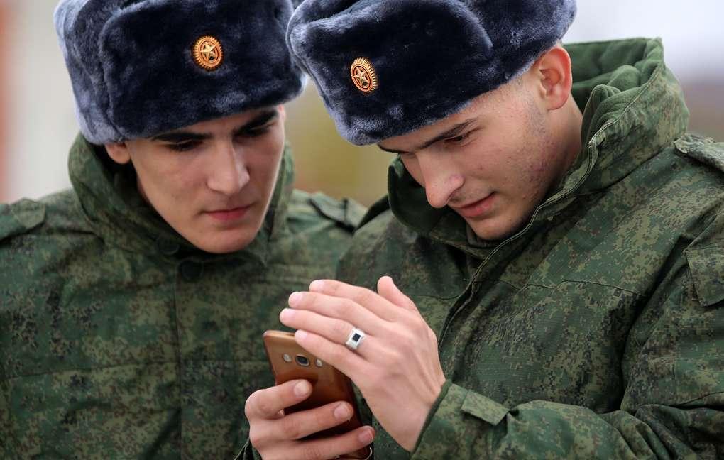 Российским солдатам официально запретили смартфоны и планшеты