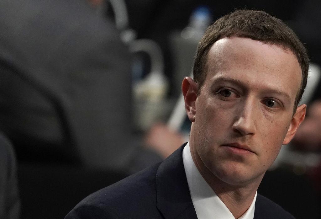 Facebook выслеживает оскорбляющих Цукерберга пользователей