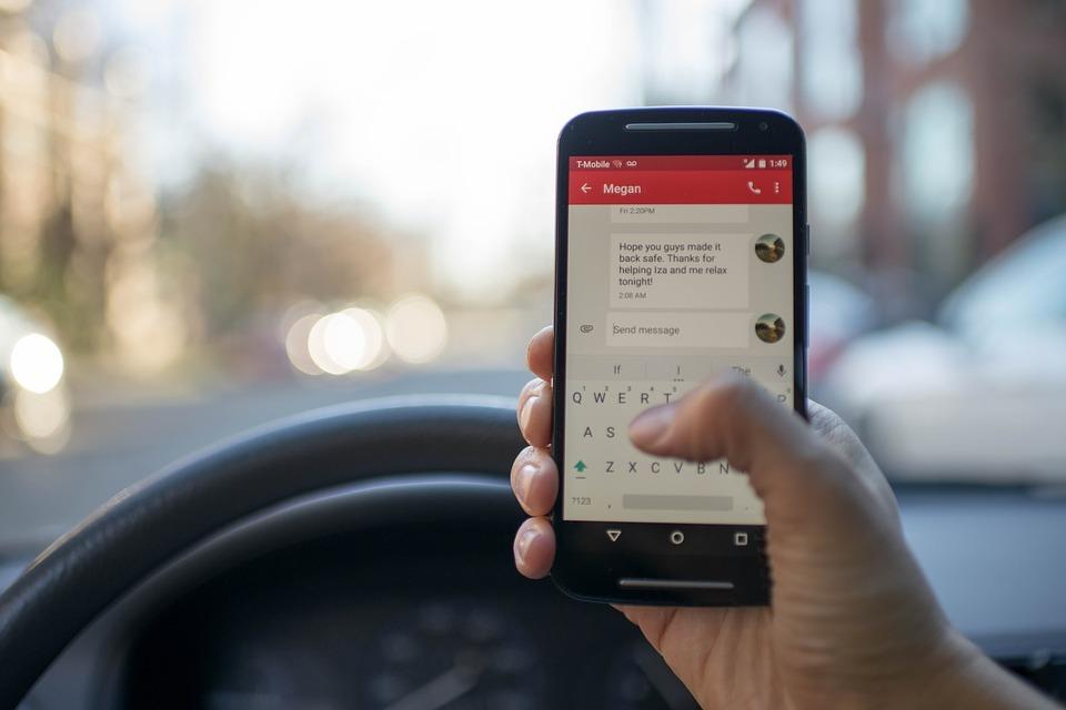 Смартфоны оказались опаснее пьянства за рулем