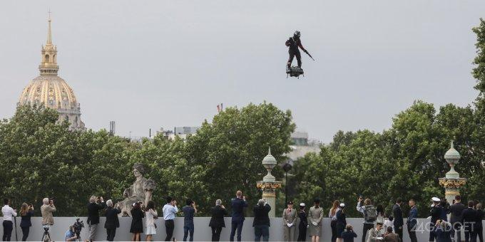 Будущее уже наступило. В Париже показали летающего солдата (5 фото + видео)