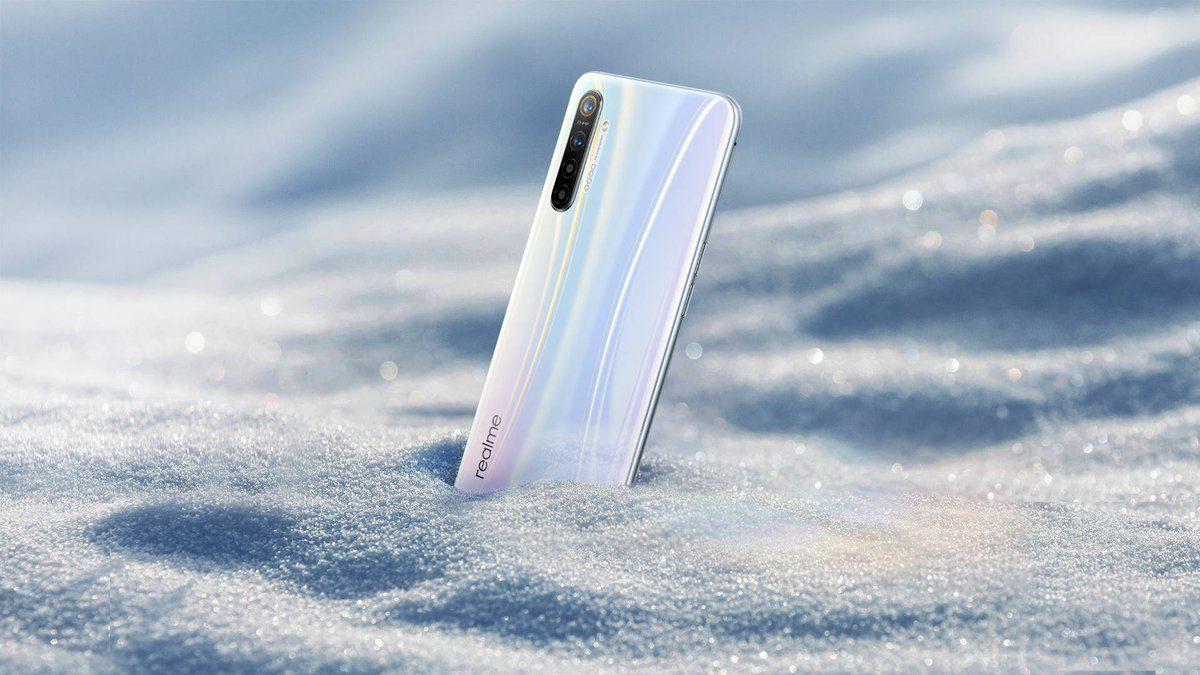 В сети появилось официальное изображение красивейшего бюджетного смартфона