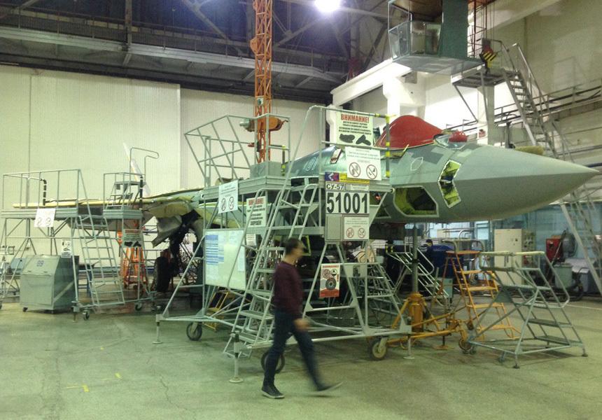 В России впервые показали новый серийный истребитель Су-57