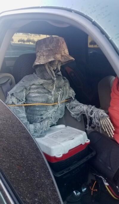 Водитель ездил со скелетом в автомобиле для обмана правил дорожного движения