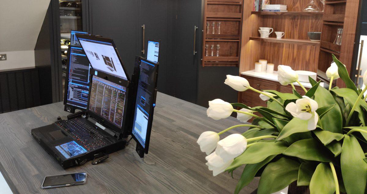Представлен первый ноутбук с семью экранами