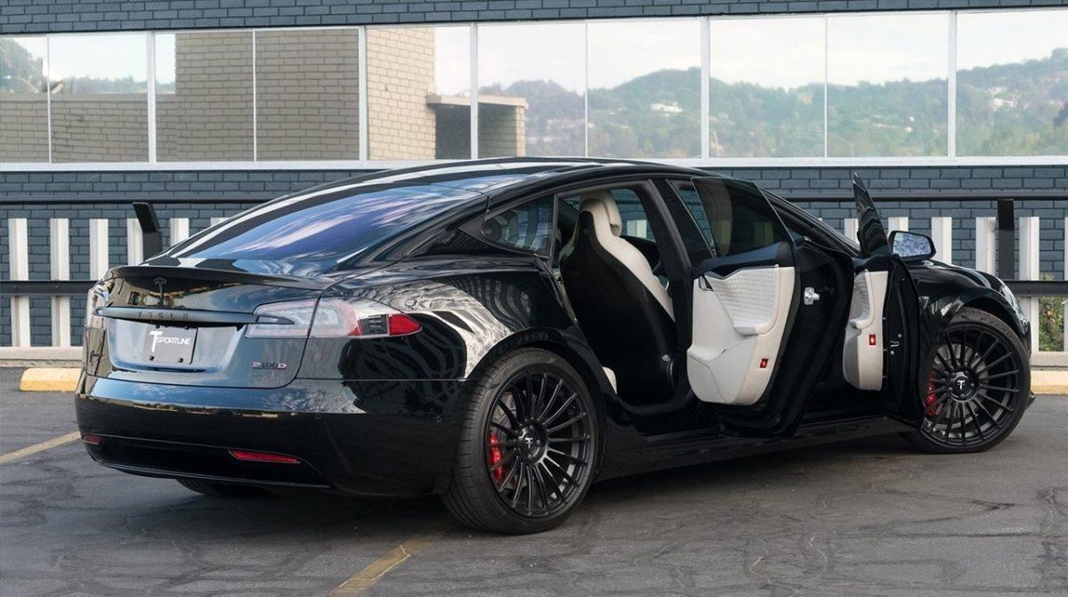 """Электромобили Tesla научатся """"разговаривать"""" с пешеходами"""