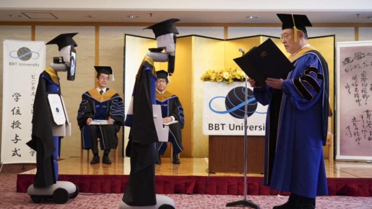 """Японские студенты """"пришли"""" на выпускной при помощи роботов с лицами-планшетами"""