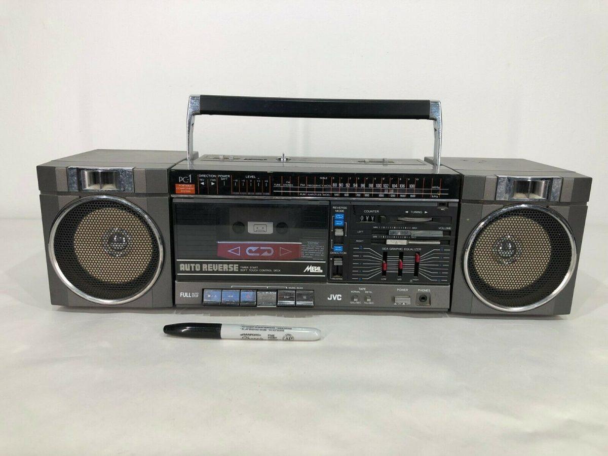 Это просто гром и молния для музыки на открытых пространствах — мощнее легендарных переносных магнитофонов из 1990-х!