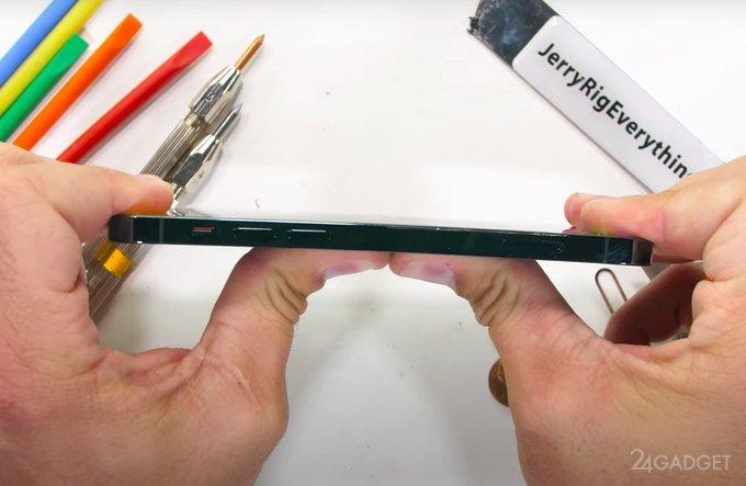 iPhone 12 Pro показал высокую устойчивость к изгибу и воздействию огня (видео)