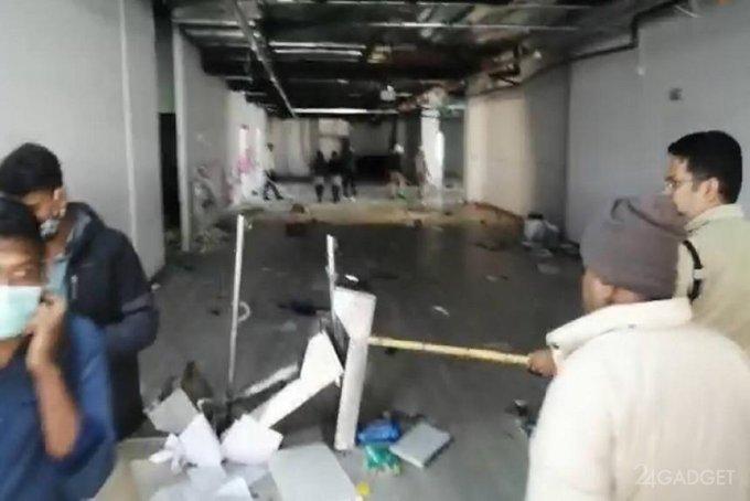 Недовольные зарплатой рабочие разгромили завод, производящий iPhone (видео)