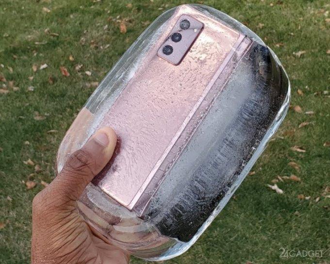 Galaxy Z Fold 2 утопили и заморозили, но он «выжил» (2 видео)