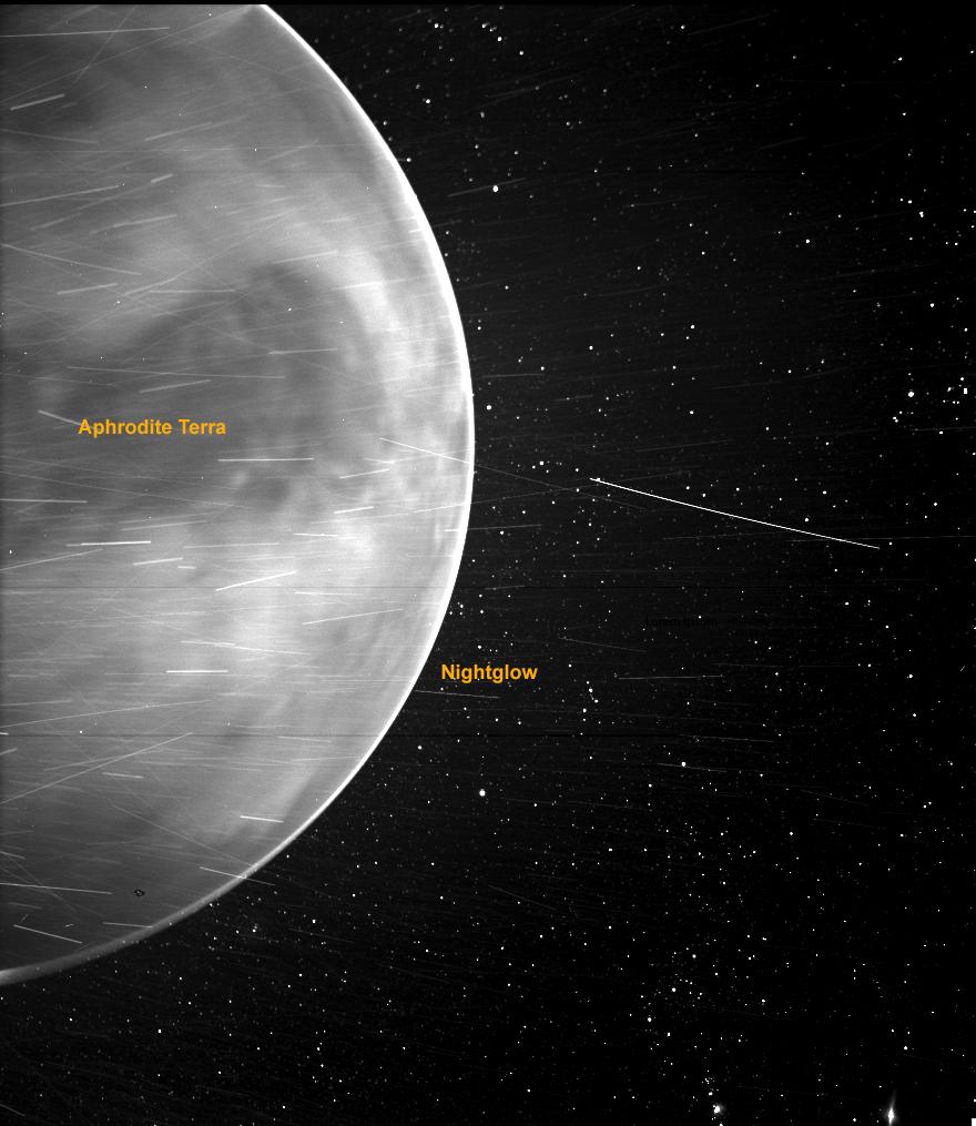 NASA получило неожиданный снимок поверхности Венеры