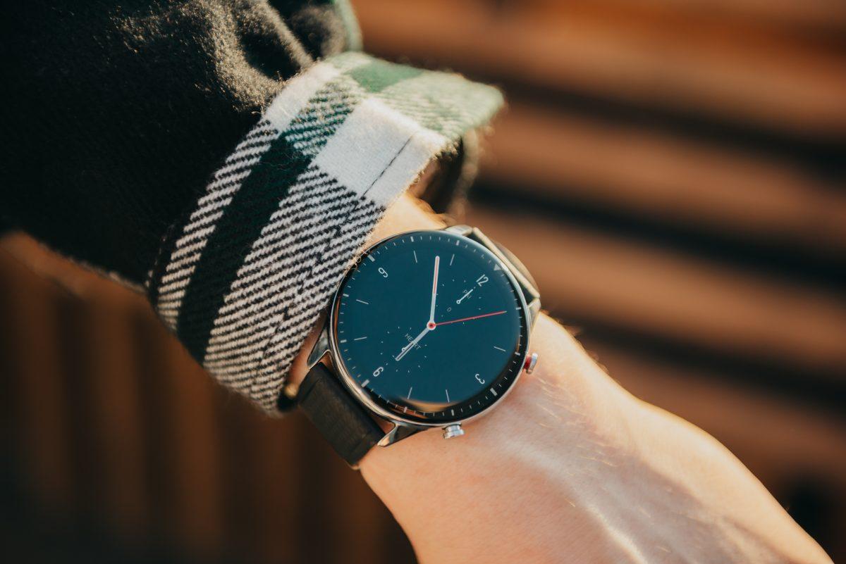 Бывают умные часы для спортсменов, бывают — для бизнесменов. А вот вариант для всех