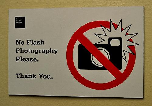 Химик рассказала, почему в музеях запрещают снимать со вспышкой